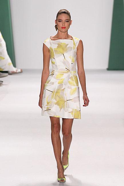 ebf9effe0a Las flores se convierten en el eje de seducción en la femenina y sexy  colección de Carolina Herrera para el verano 2015.