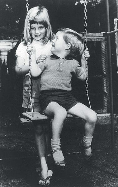 La princesa Diana y su hermano Charles.